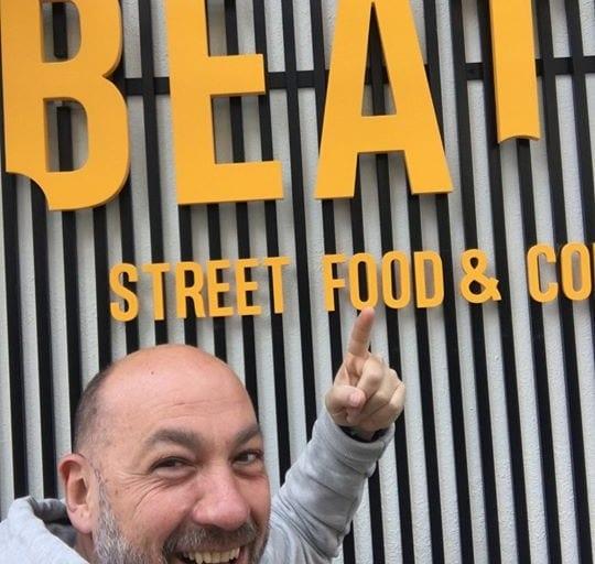 Ραντεβού σε δυο μέρες, Πέμπτη απόγευμα στις 17:30 στο opening party του Beat it…